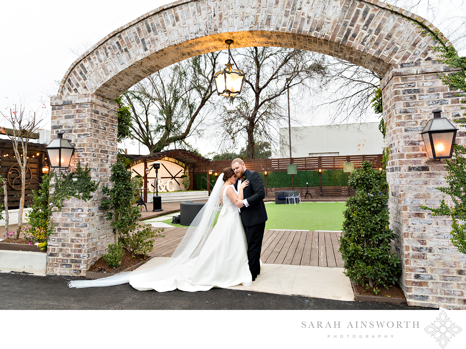 01_hughes-manor-wedding-downtown-houston-wedding-venues-all-inclusive-wedding-venues-courtyard-outdoor-wedding_07.jpg