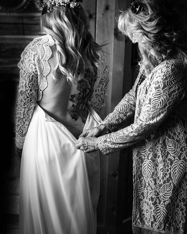 Getting ready is my favorite part of any day and I can only imagine how ritualistic and magical it feels on your wedding day. @jess__charlotte with her beautiful mama