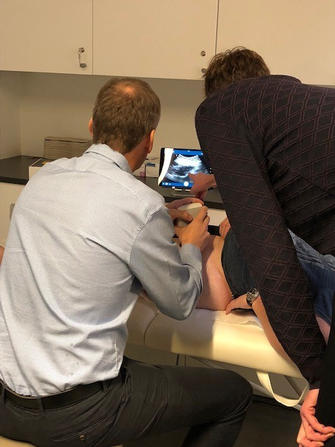 - Op 13 november 2018 zijn we in onze praktijk in de Prinses Josephine Charlottelaan gestart met echografie-geleide infiltraties van de heup. Heupinfiltraties werden klassiek uitgevoerd in de operatiezaal met fluoroscopie. Dit betekende echter een opname via het dagziekenhuis met vaak lange wachttijden en gebruik van een toestel met straling. Het uitvoeren van heupinfiltraties via echografie is dus een enorme verbetering.