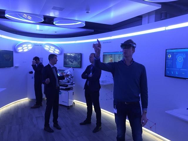 - Op 08/11/2018 hebben dr. Vundelinckx, dr. De Schepper en dr. Vanderstappen een bezoek gebracht aan het hoofdkwartier van de firma Zimmer-Biomet in Zwitserland. Dit in het kader van nieuwe ontwikkelingen in de orthopedie, meer bepaald : robotchirurgie en digitale toepassingen in de orthopedie.