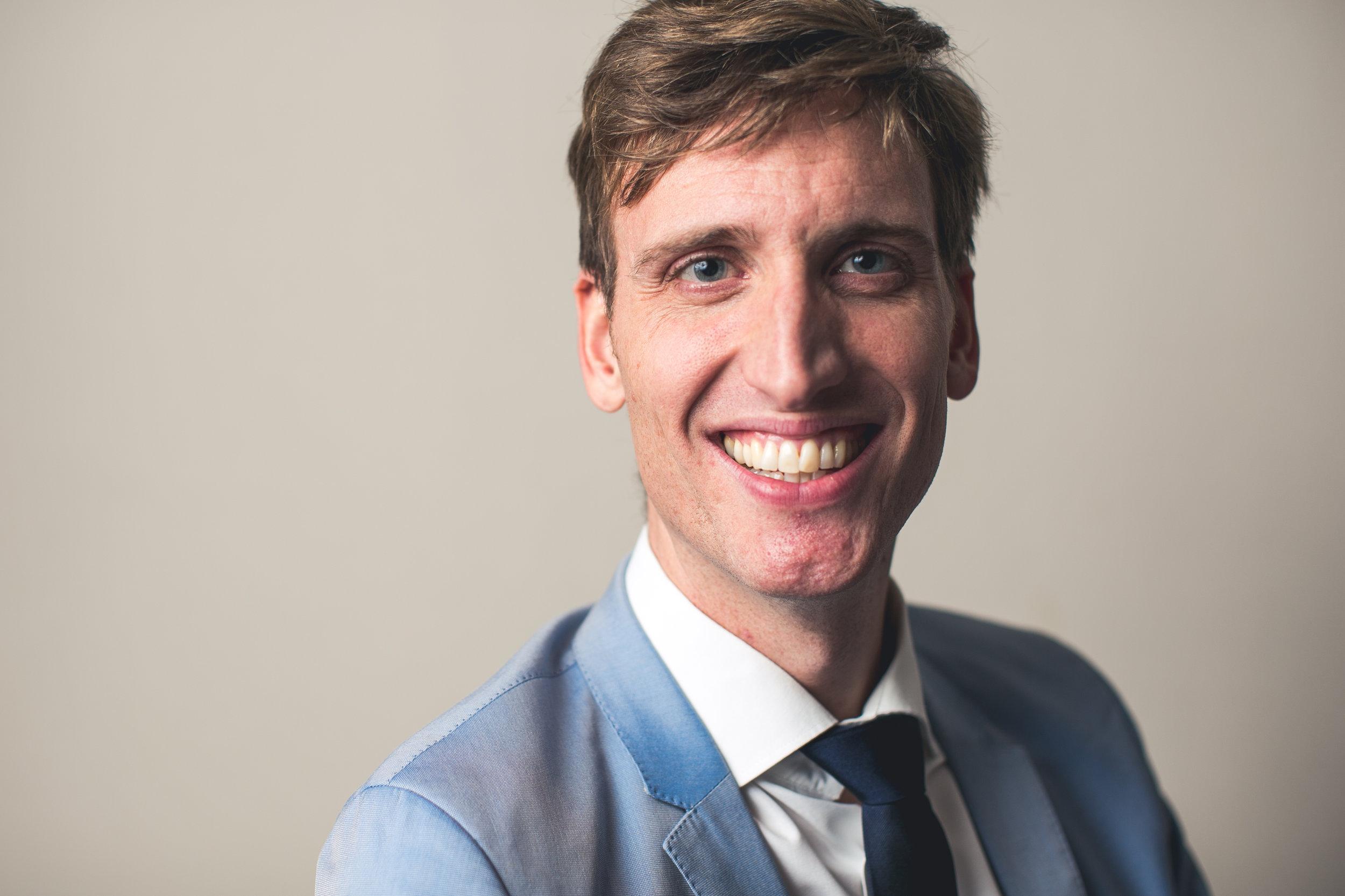 specialisatie: heup, kinderheup, traumatologie - Dr. Jan Vanderstappen studeerde geneeskunde aan de KU Leuven. In 2016 behaalde hij zijn erkenning als orthopedisch chirurg. In 2016-2017 deed hij fellowships in het AZ Nikolaas (dr. De Schepper), ZOL Genk (Prof. Corten), AZ Herentals (dr. Bataillie) en Sonnenhof Spital Bern - Zwitserland (Prof. Nötzli).In 2017-2018 verbleef hij in Toronto (Canada), waar hij zich verder bekwaamde in de complexe prothesechirurgie van de heup (dr. Gross), alsook in de kinderheup pathologie en kindertraumatologie (dr. Gargan en dr. Kelly).Dr. Vanderstappen focust zich op prothesechirurgie van de heup (inclusief de anterieure approach), heupsparende chirurgie, pediatrische heuppathologie en algemene en pediatrische traumatologie.Hij is lid van de BHS (Belgian Hip Society), de EHS (European Hip Society) en de BVOT (Belgische Vereniging voor Orthopedie en Traumatologie).