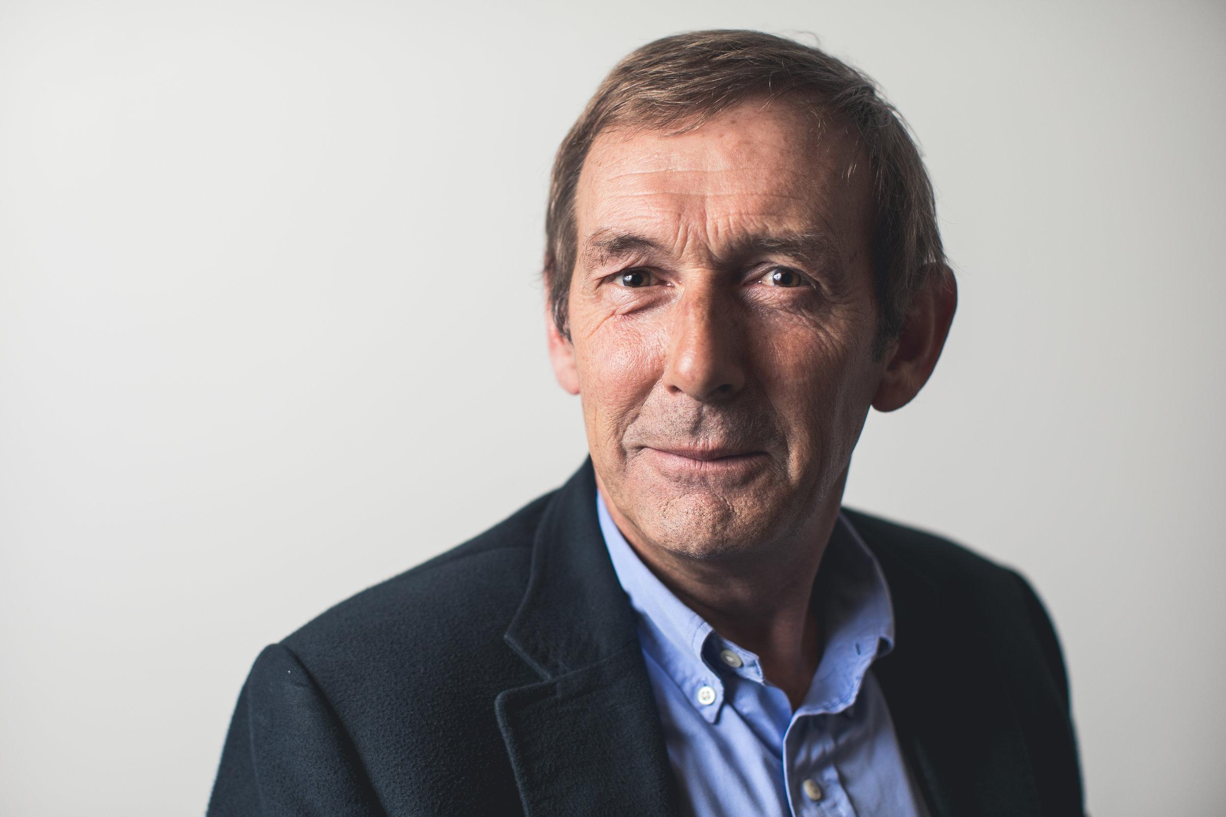 Specialisatie: knie, schouder, sportletsels - Dr. Johan Hens studeerde geneeskunde aan de KU Leuven en behaalde zijn erkenning in 1988.Hij deed bijkomende opleidingen in de knie- en schouderchirurgie in Dublin (Ierland) en Exeter (UK).Dr. Hens is sinds 1988 werkzaam in als orthopedisch chirurg in Sint-Niklaas. Hij was voorzitter van de medische raad van het AZ Waasland van 2005 tot 2008. Hij is gespecialiseerd in knie- en schouderpathologie en de behandeling van sportletsels.Dr. Hens is lid van de BVOT (Belgische Vereniging voor Orthopedie en Traumatologie) en stichtend lid van de BLESS (Belgian Elbow and Shoulder Surgeons Society).
