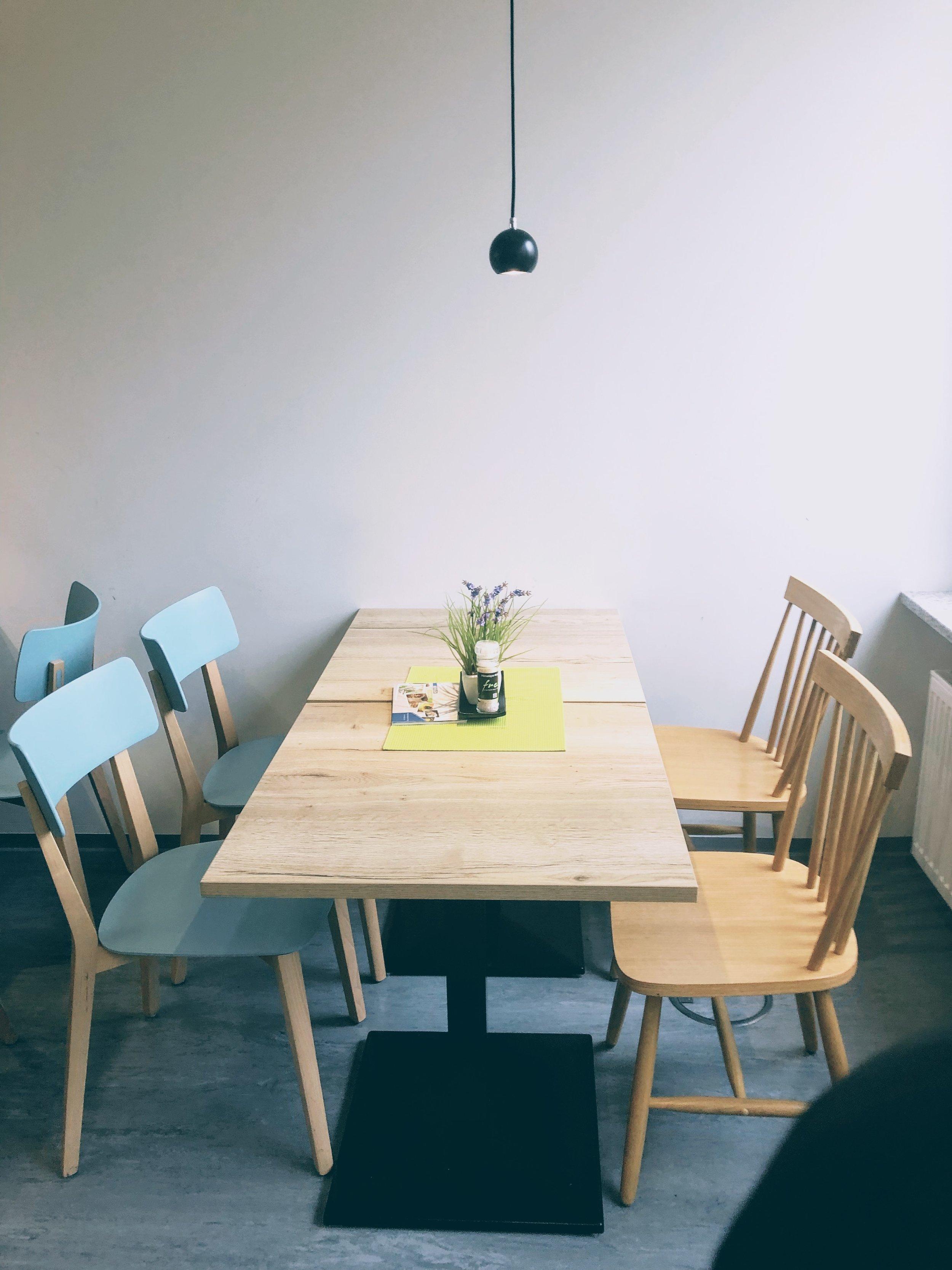 Alte & neue Stühle und neue Tische