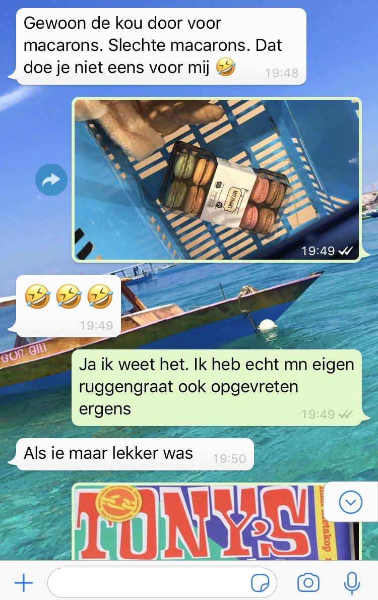 Printscreentje uit whatsapp met bestie c. - Ik probeerde de situatie positief te bekijken en stuurde ook nog een foto van de Tony reep die ik niet kocht.