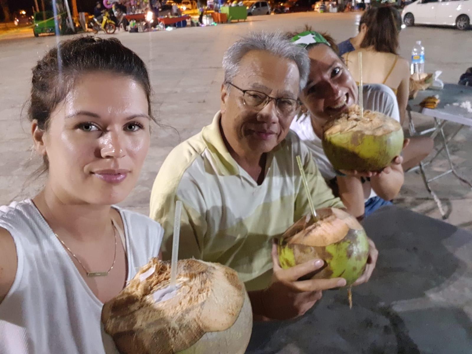 Kokosnootje op lokale markt met Uncle Eddie - Wat een bijzondere ontmoetingen.