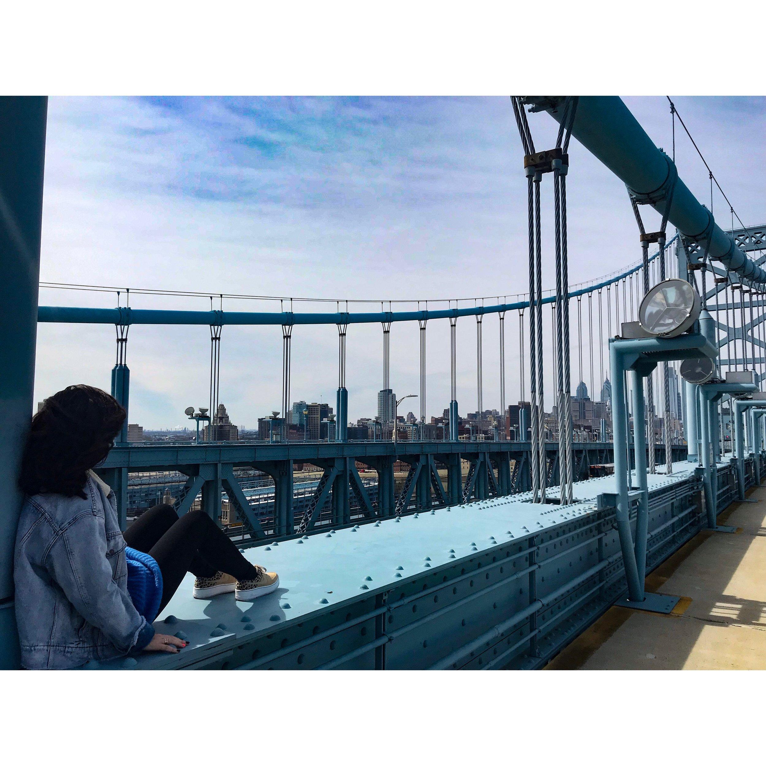 Benjamin Franklin Brug. Toen ie gebouwd werd was ie drie jaar lang de langste brug. Inmiddels al lang niet meer maar erg gaaf om overheen te wandelen!