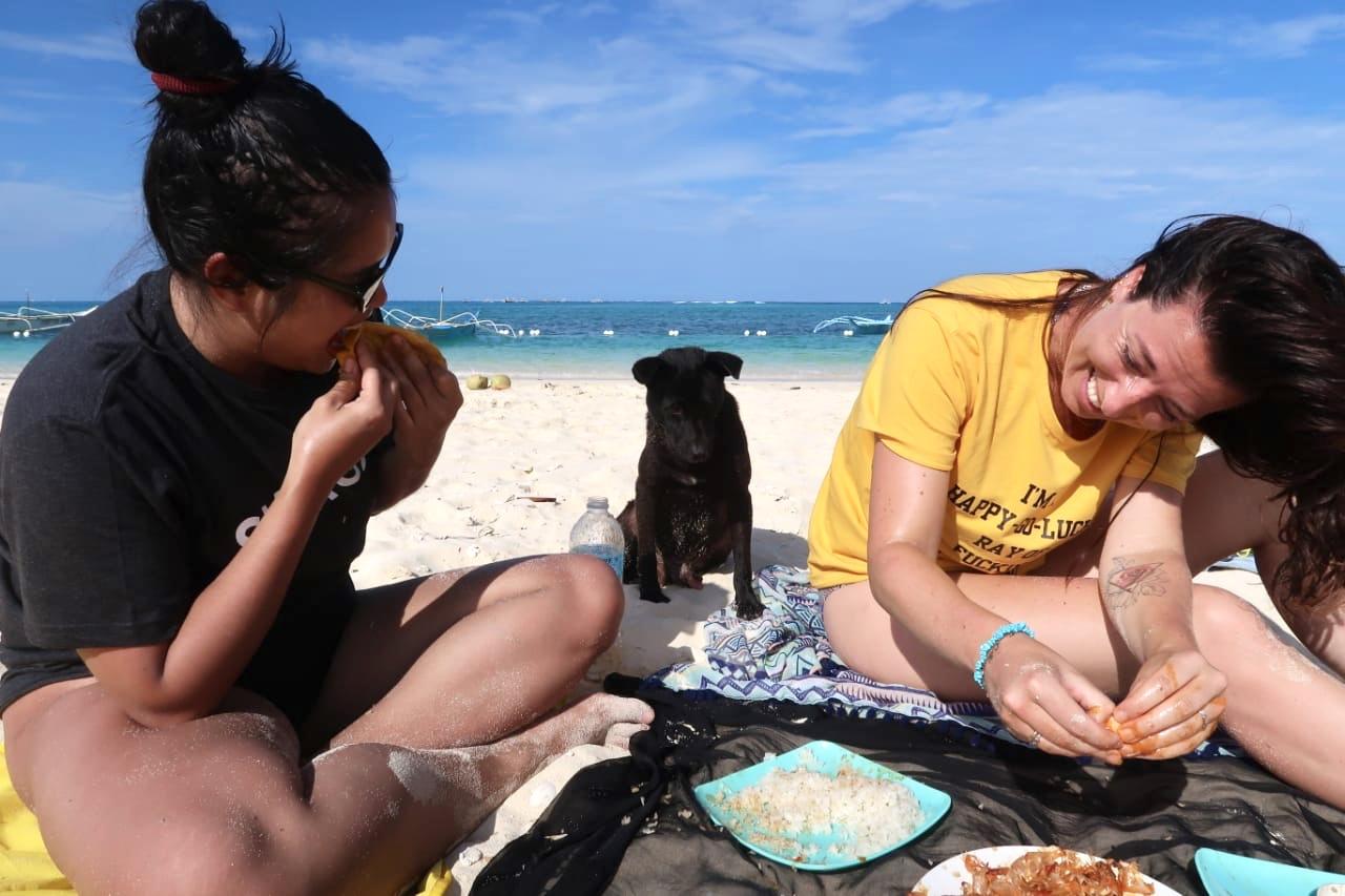 Happy go lucky shirt.. Vis eten met onze handen. And a furry friend.