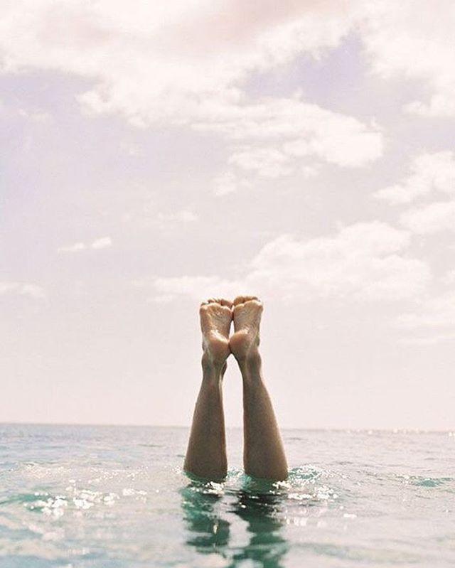SOUS L'EAU !⠀ ⠀ Je suis dans une période un peu frustrante : j'ai 12 000 nouvelles chouettes idées pour @surf.mamma qui vont de la création d'un groupe WhatsApp pour qu'on aille surfer, à trouver de chouettes intervenants pour nos prochains apéros fabuleux, tout en vous préparant un questionnaire pour mieux vous connaître, en affinant toujours mieux ce que je souhaite pour cette communauté et en me maudissant de ne pas partager plus de ressources et inspirations par écrit pour vous aider à avancer dans vos projets 🤓⠀ ⠀ MAIS le temps me manque ! Entre les voyages à NY (oui c'est un bon problème), les déplacements à Paris pour mon activité de consultante et le soleil et le vent à Bordeaux qui me donne envie de tout plaquer pour aller me mettre à l'eau... 🤪 ⠀ ⠀ Et la grève de la crèche par dessus le marché 👶 ⠀ ⠀ BREF ! En attendant n'oubliez pas que le prochain apéro Surf Mamma aura lieu le 4 avril prochain 🍷⠀ Si vous êtes inscrite, vous avez du recevoir un mail dans votre boîte aux lettres 💌 ⠀ Pour les autres, la règle est de se rencontrer une fois avant : envoyez moi un MP pour que je vous explique tout ça en détail !