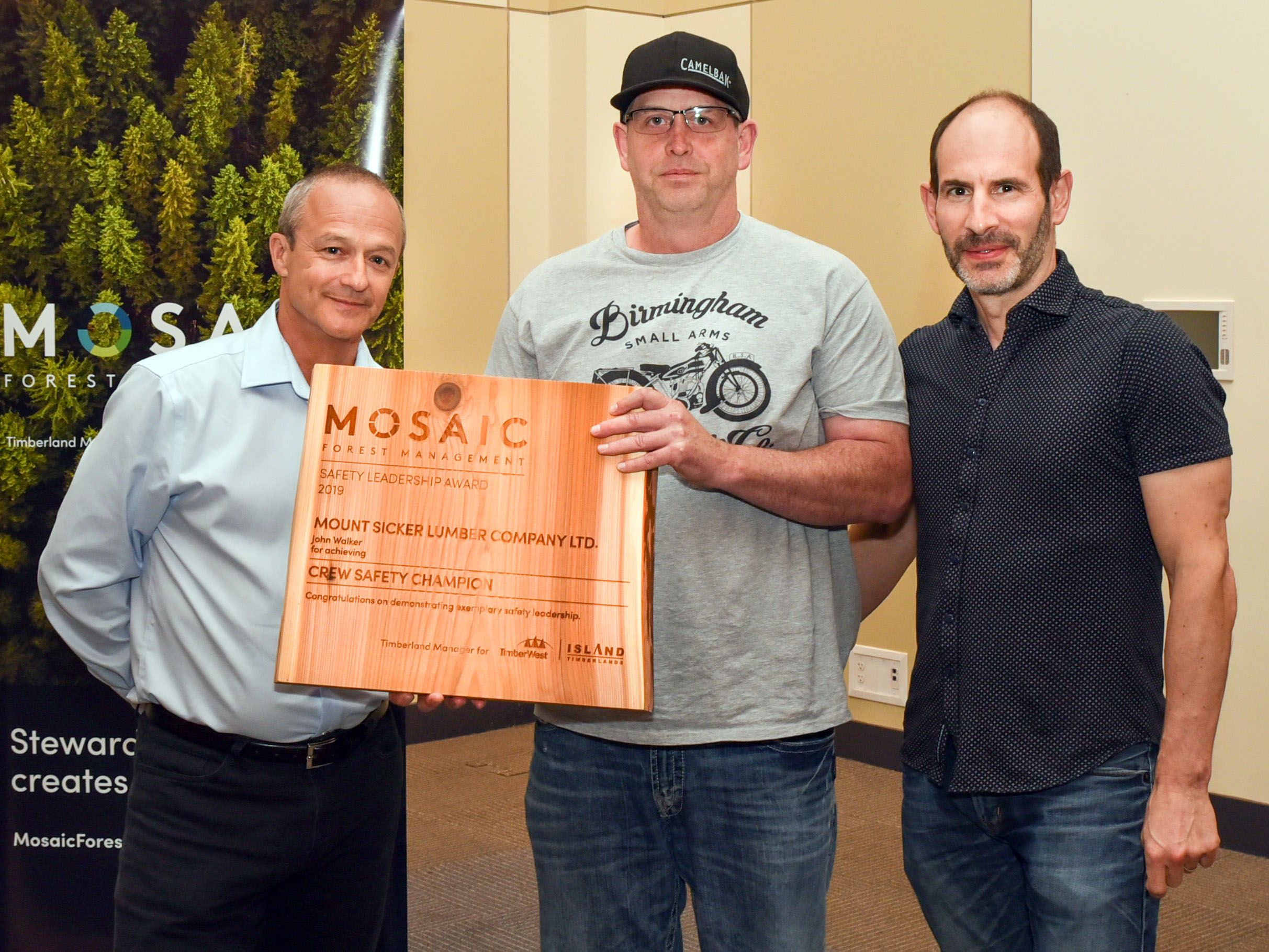 (l to r) John Shearing, Mosaic's Director, Health and Safety, with award recipient, John Walker, of Mount Sicker Lumber Company Ltd. and Mosaic's President and Chief Executive Officer, Jeff Zweig.