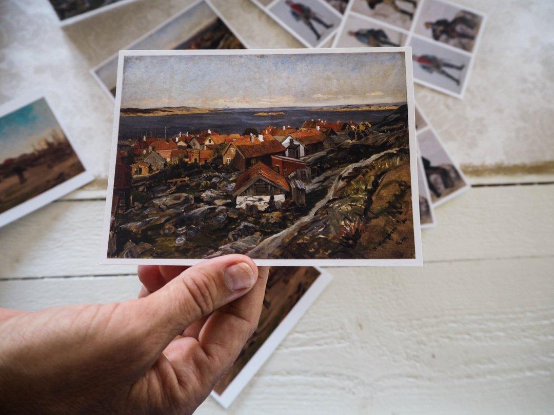 På Rekefabrikken har det gjennom tidene blitt solgt postkort med kjente motiver fra Nevlunghavn. Foto ©ØP.