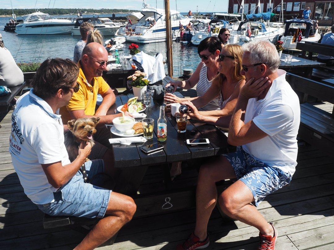 God stemning og yrende liv på Rekefabrikkens uteservering sommeren 2017. Foto © ØP