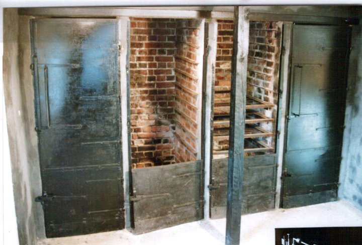 Røykeovnene, der brisling ble røyket for å legge på boks. Røyket med fyring av eikespon.
