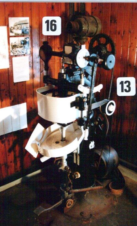 False maskin for å sette på lokket på firkantede bokser. Denne falsemaskinen er produsert i Stavanger, og var en stor nyvinning den gang den ble oppfunnet.