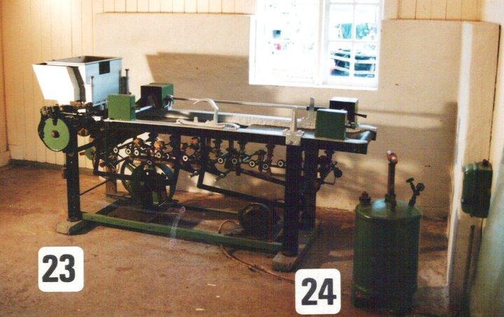 Maskinen for å steke fiskekaker/fiskeboller. Til venstre beholderen for fiskefarsen, der farsen ble presset ut gjennom små hull som boller. Mange små gassbluss under jernplatene til stekingen, og sykkelkjettinger som drev kakene fremover med mekanisk steke spade.