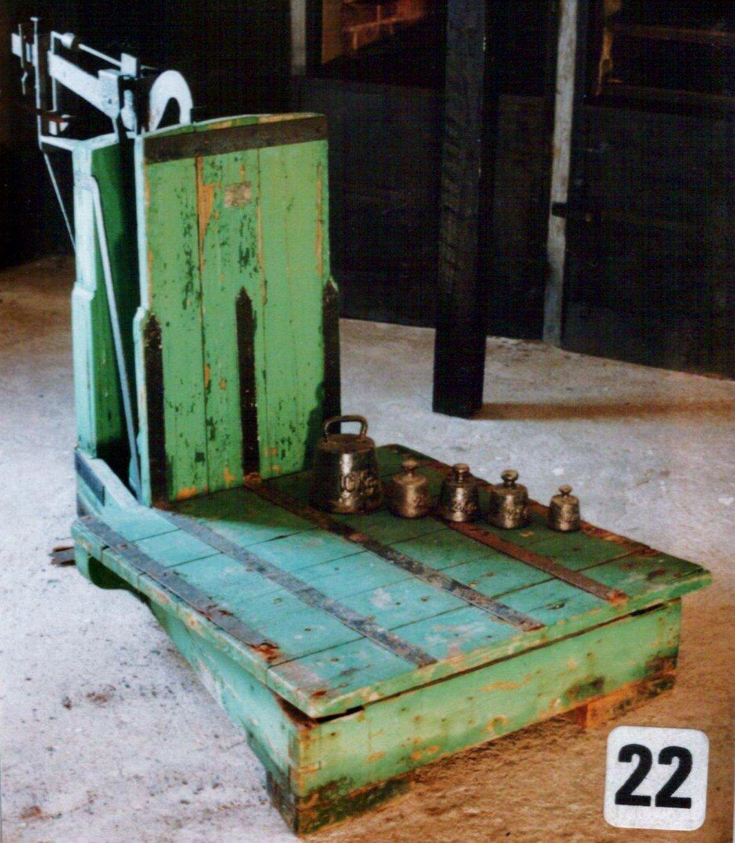 Den gamle vekta som sto ute på laste brygga og veiet kassene med rekefangst.