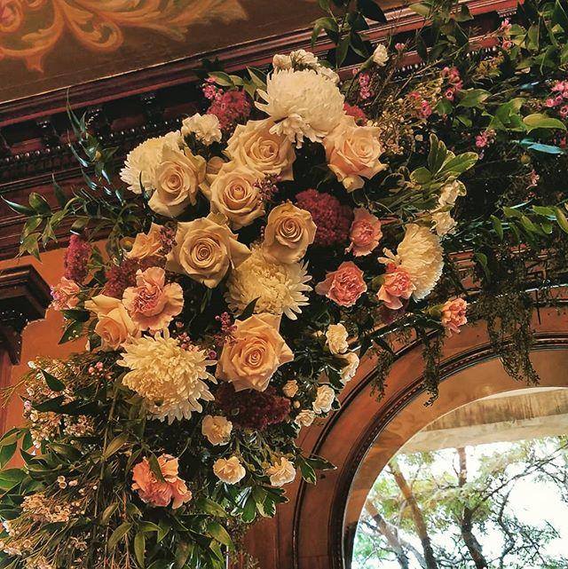 Just a little bit of wonderfulness at Semple Mansion.  #weddingflowers #flowerarch @semplemansion #Jubileeflowerstudio