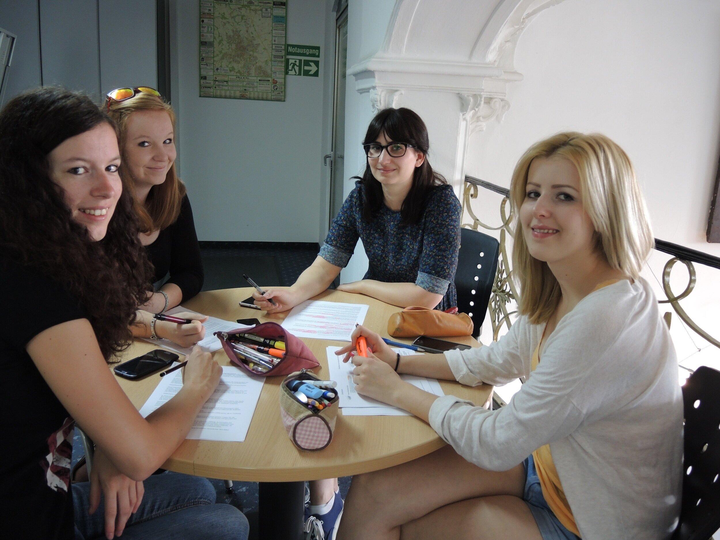 IFB-Studenten mit viel Spaß als untertitler am werk bei Ted-Projekten und Filmtrailern -