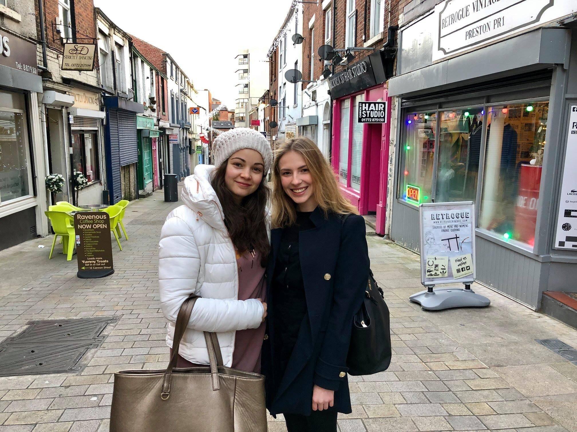 in Preston zum Bachelor International Business communication - Sarah & Marie