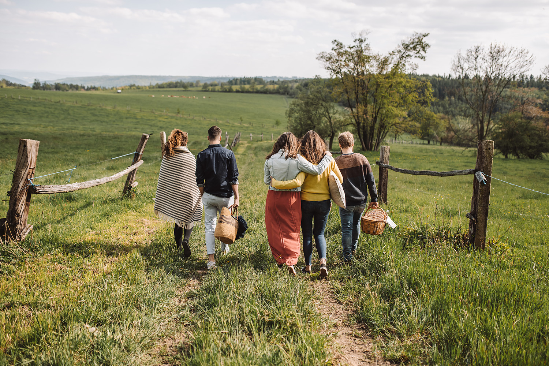 Výlety po okolí - Také v okolí farmy Klokočov, která se rozkládá na jednom z vrcholků Oderských vrchů a v blízkosti nedotčené přírody vojenského prostoru Libavá, máte co objevovat. Ať už se vydáte pěšky nebo na kole, čekají vás blízké přírodní parky Oderské vrchy a Moravice, jen o kousek dál pak Jeseníky a Beskydy.