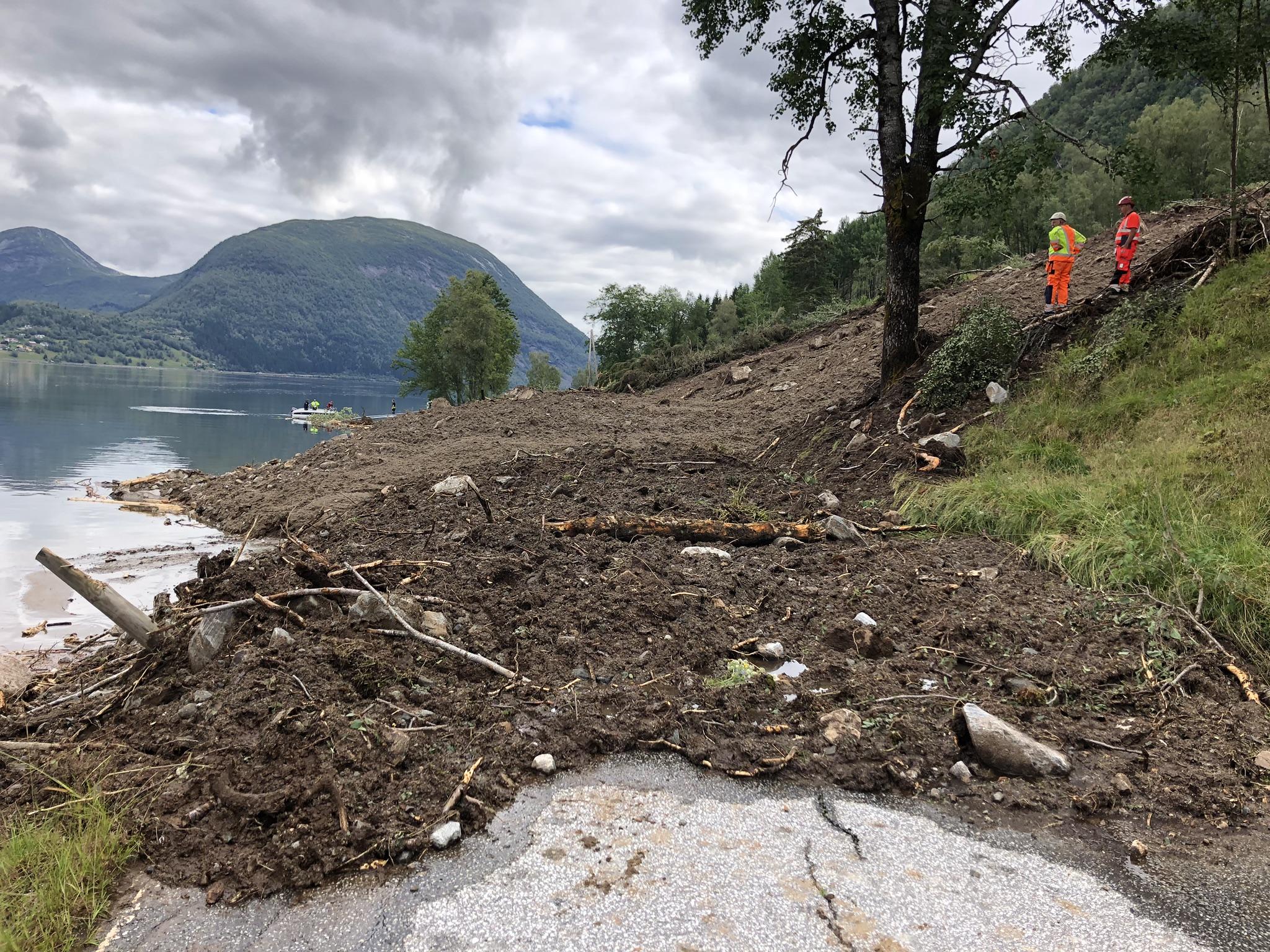 Omkøyringsvegen vart òg stengd etter øydeleggingane som sperra E39 gjennom Jølster sommaren 2019. Foto: Linda Olin Reite, NRK.