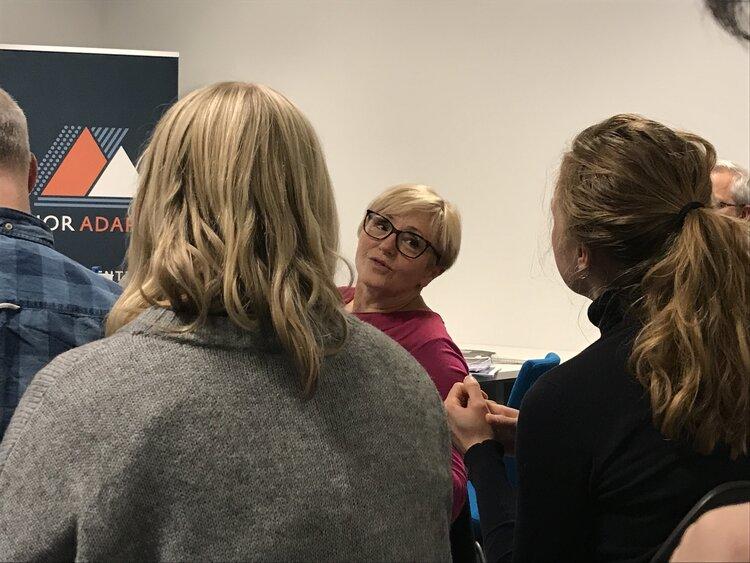 Liv Signe Navarsete fekk, som einaste polikar i rommet, mange spørsmål frå masterstudentane om den norske tilnærminga til landbruk og klima.