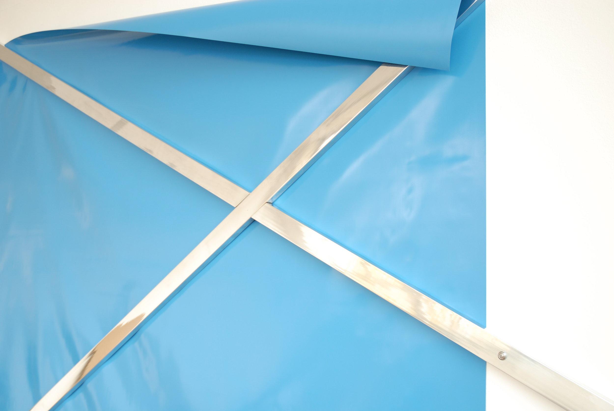 o.T. (untitled), 2009, PVC tarpaulin, water blue (218 x 218 cm), aluminum, polished (300 x 5 x 2 cm), 235 x 290 x 2 cm,  Image: Kirstin Arndt