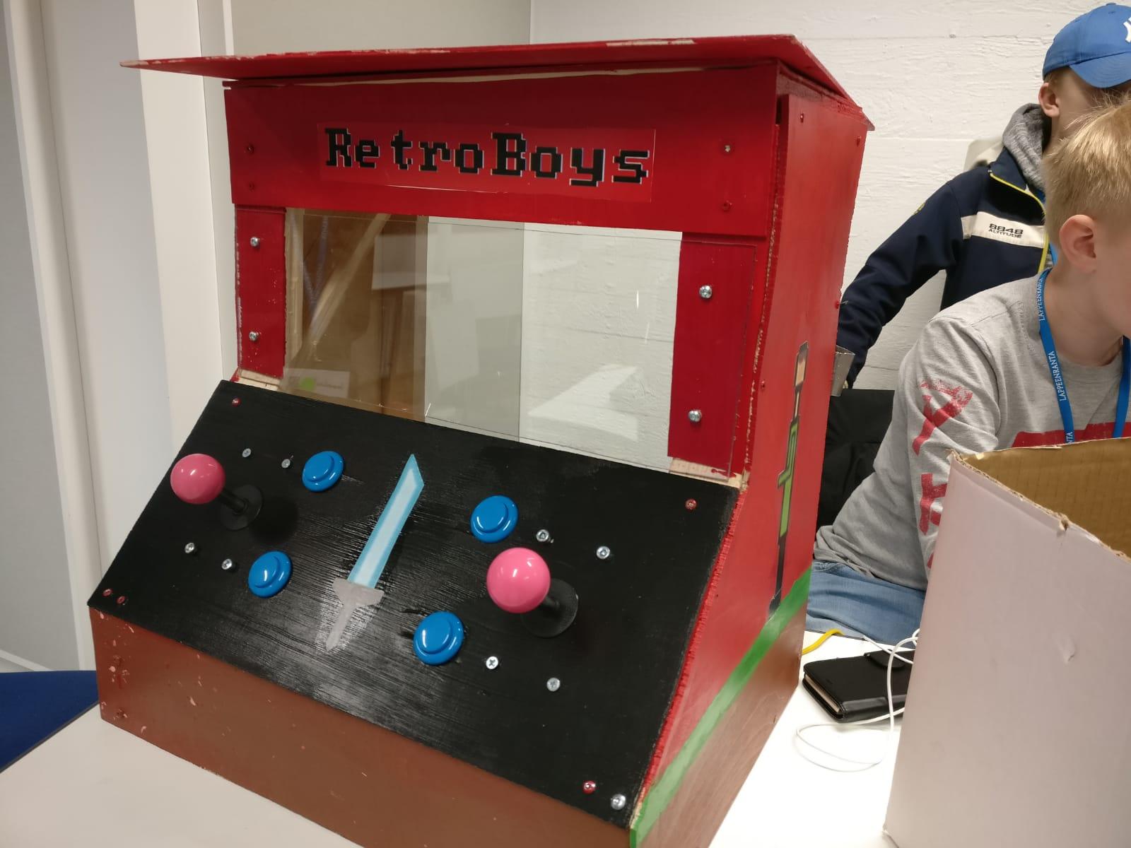 Retroboys-tiimin arcadekabinetti
