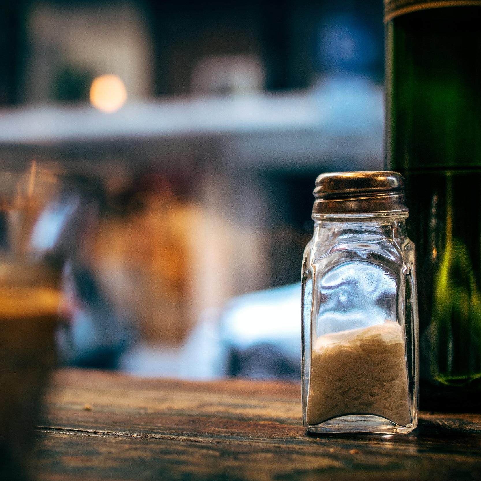 塩 - 塩は体細胞の吸水性を高めるので、塩を減らしたほうが良い。
