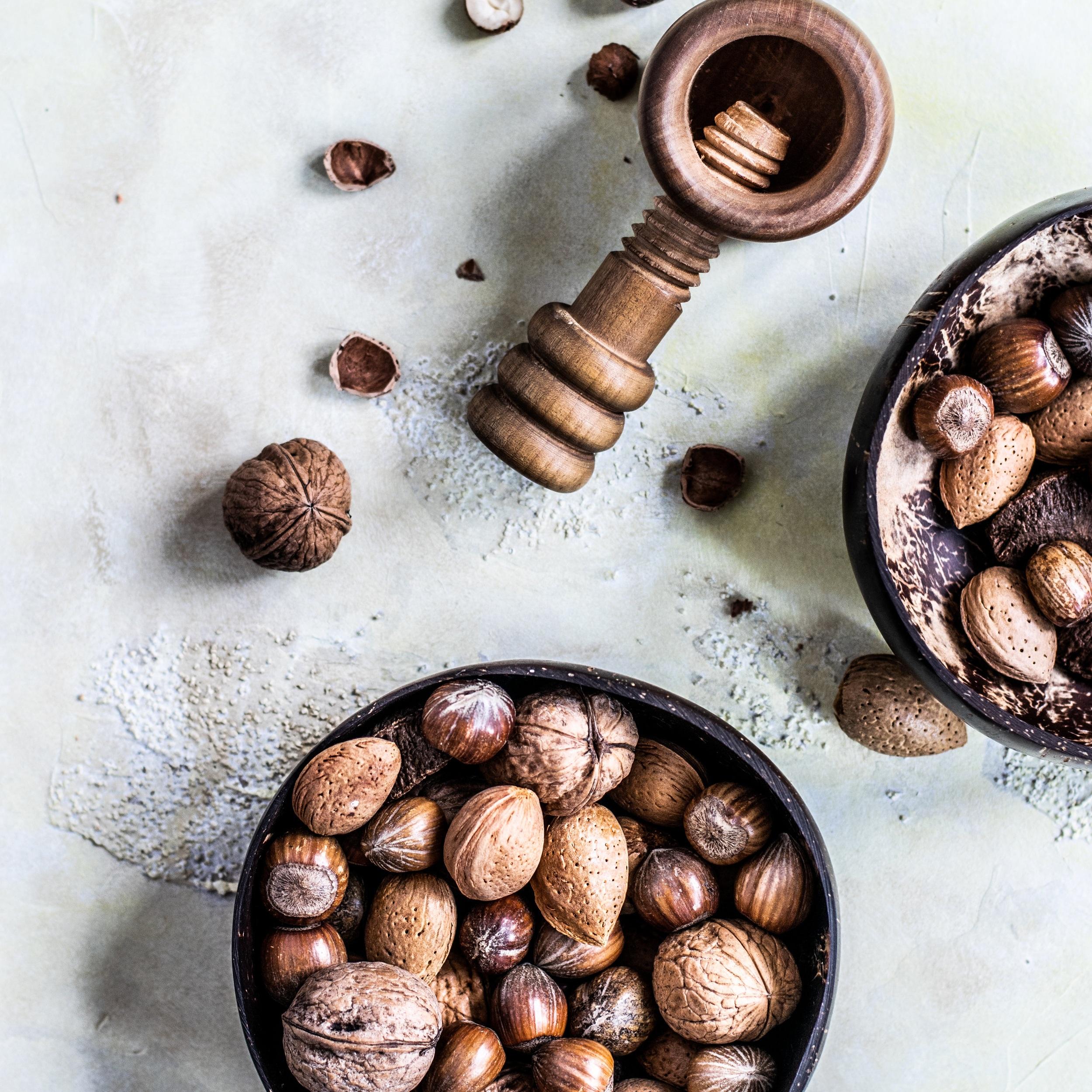 ナッツ類 - 1日に一掴み分のナッツを摂ると良い。ナッツには、セロトニンの主な構成要素のトリプトファンが多く含まれている。