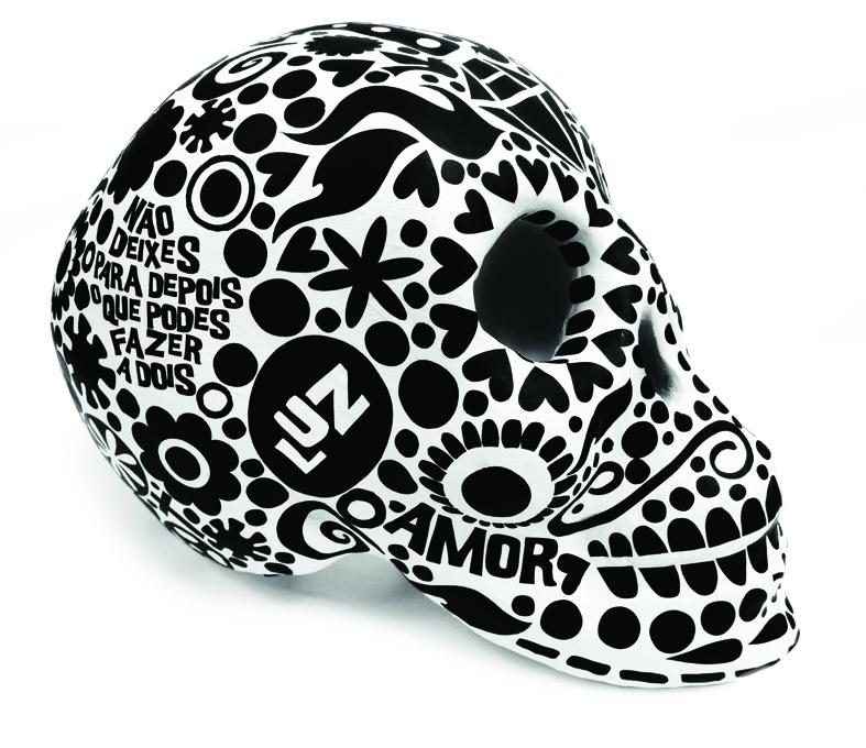 Caveiras de barro pintadas e com aplicações de vinil colorido.   Painted clay skulls with applications in coloured vinyl.