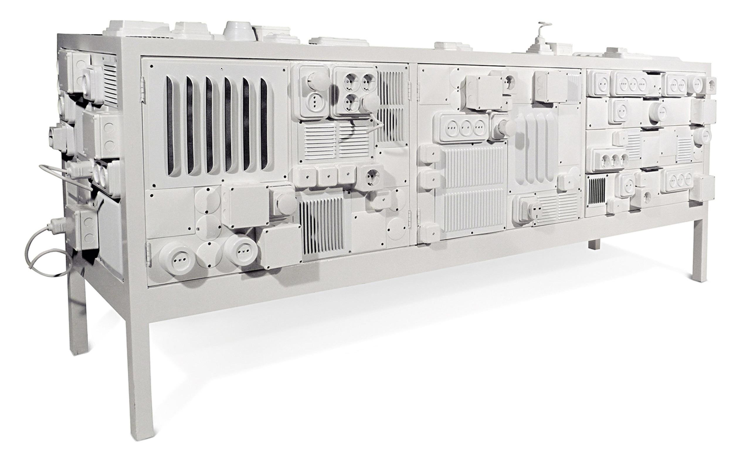 Aparador de madeira pintado, com aplicações de fichas, tomadas e diversos materiais elétricos.   Handpainted wooden sideboard, plugs, sockets and miscellaneous wiring and connecting materials.