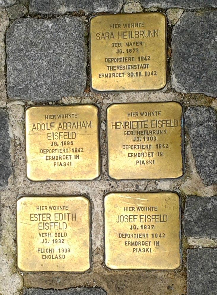 Stolpersteine vor Spielwarengeschäft Fechter in Ansbach – Johann-Sebastian-Bach-Platz 8. Foto: Bernhard Meier-Hüttel
