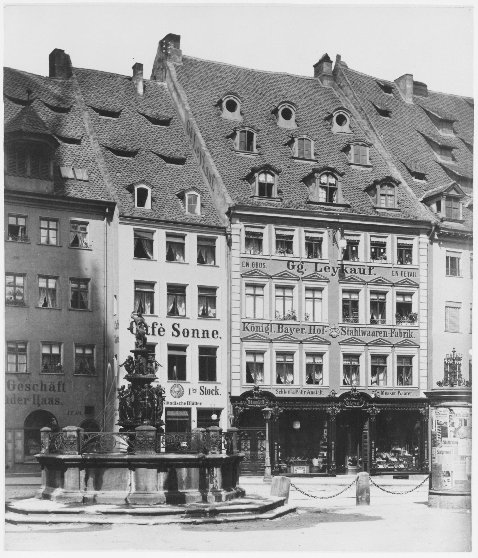 Im Anwesen Königstraße 18 (ehemals Café Sonne) befindet sich der Kellerraum mit dem Wasserbecken des ehemaligen Judenbades. Foto: Ferdinand Schmidt, zwischen 1883 und 1889. (Stadtarchiv Nuernberg A 47/II Nr. KS-130-3)