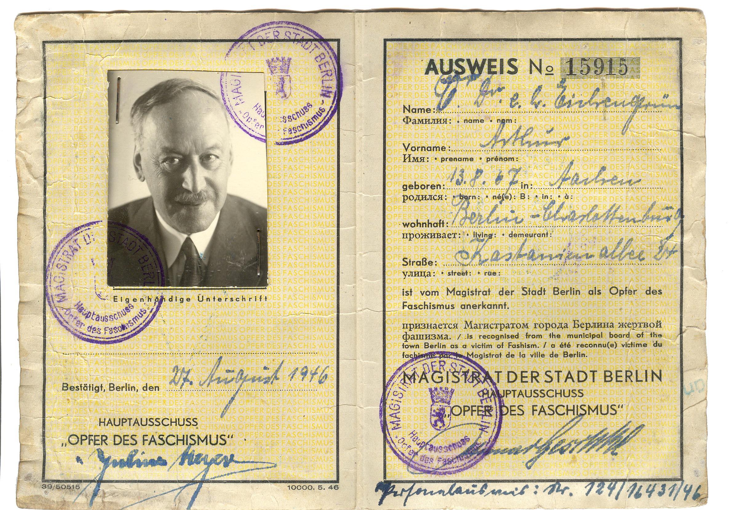 """Ausweis von Dr. Arthur Eichengrün als """"Opfer des Faschismus"""", ausgestellt vom Magistrat der Stadt Berlin 1946. Foto: Ulrich Chaussy"""
