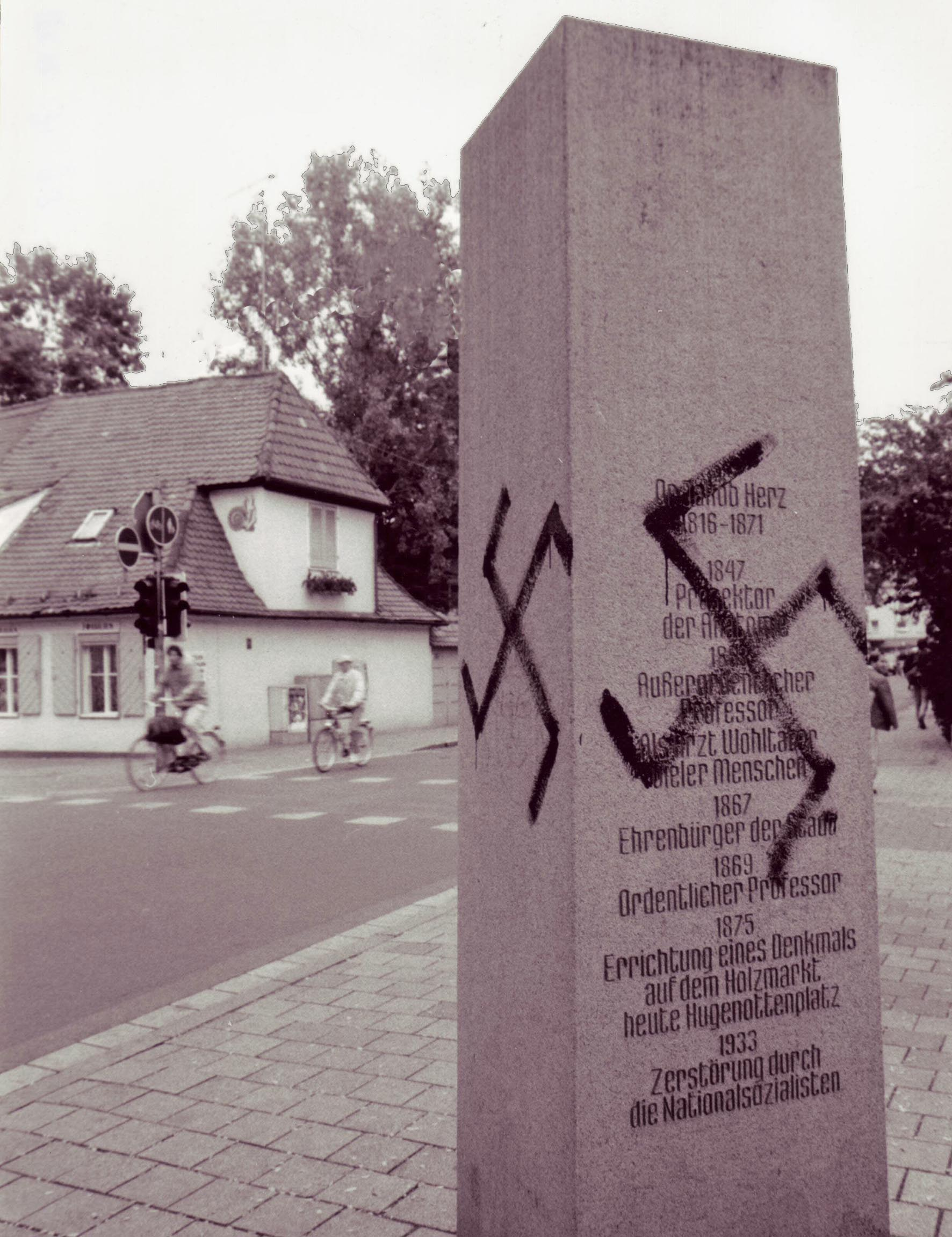 Denkmalstele in Erlangen zum Gedenken an den jüdischen Erlanger Arzt Dr. Jakob Herz, die mit einem Hakenkreuz beschmiert wurde. Foto: Axel Dorsch, im Besitz des Stadtarchivs Erlangen
