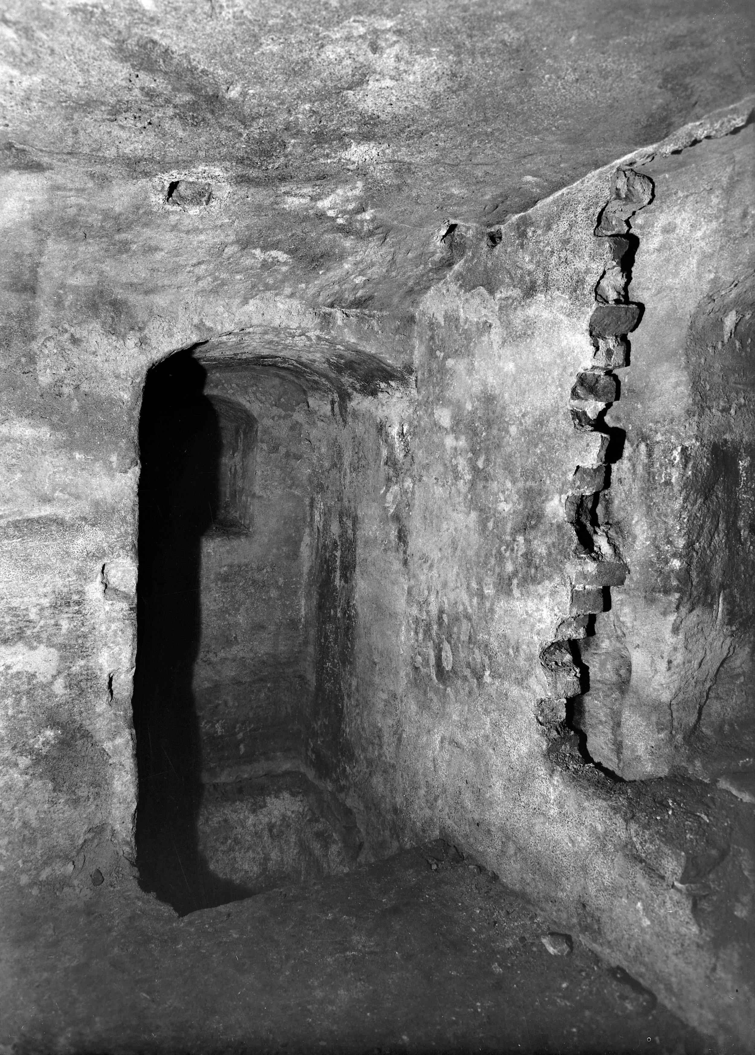 Mittelalterlicher Kellerraum mit Becken und Wandnische in der nördlichen Stichbogenöffnung im Anwesen Koenigstraße 18. Foto: Friedrich August Nagel, 1941. (Stadtarchiv Nuernberg A 46 Nr. 14200)