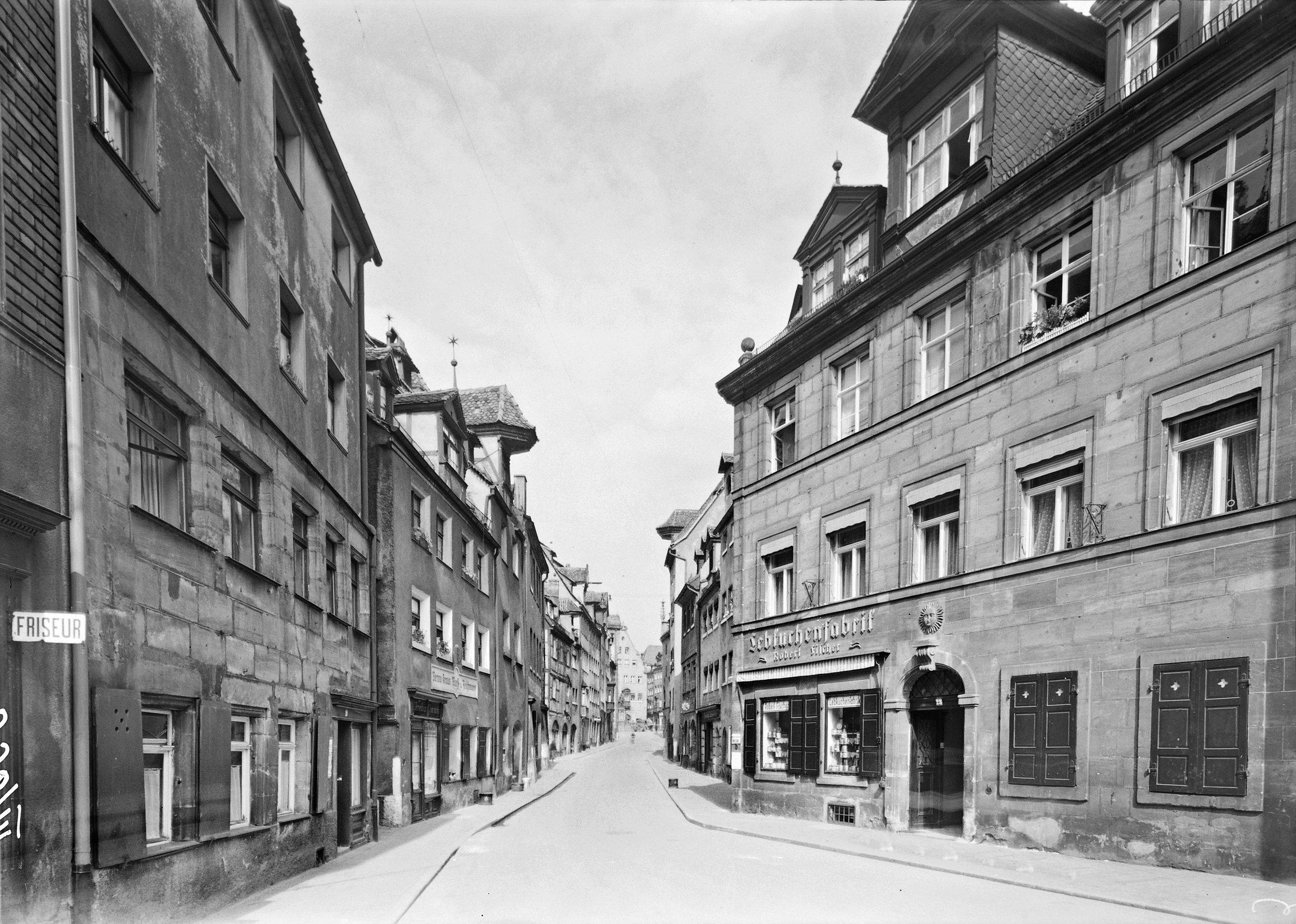 Blick in die Judengasse zum Theresienplatz. Foto Hochbauamt: Roeser, Juli 1942. (Stadtarchiv Nuernberg A 38 Nr. J-36-3)