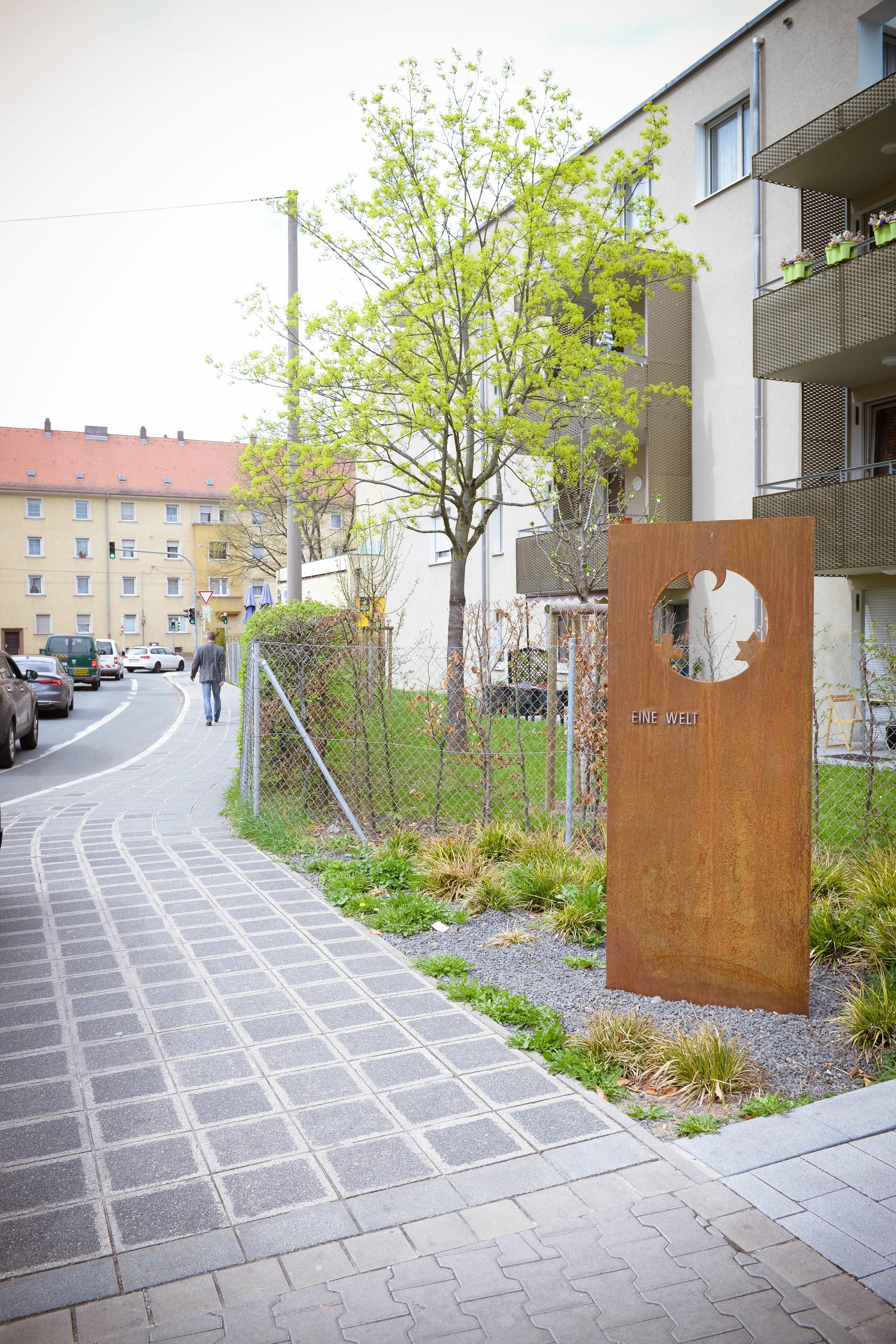 """""""Eine Welt""""–Stele an der Pfälzer Straße Foto: Yvonne Michailuk"""