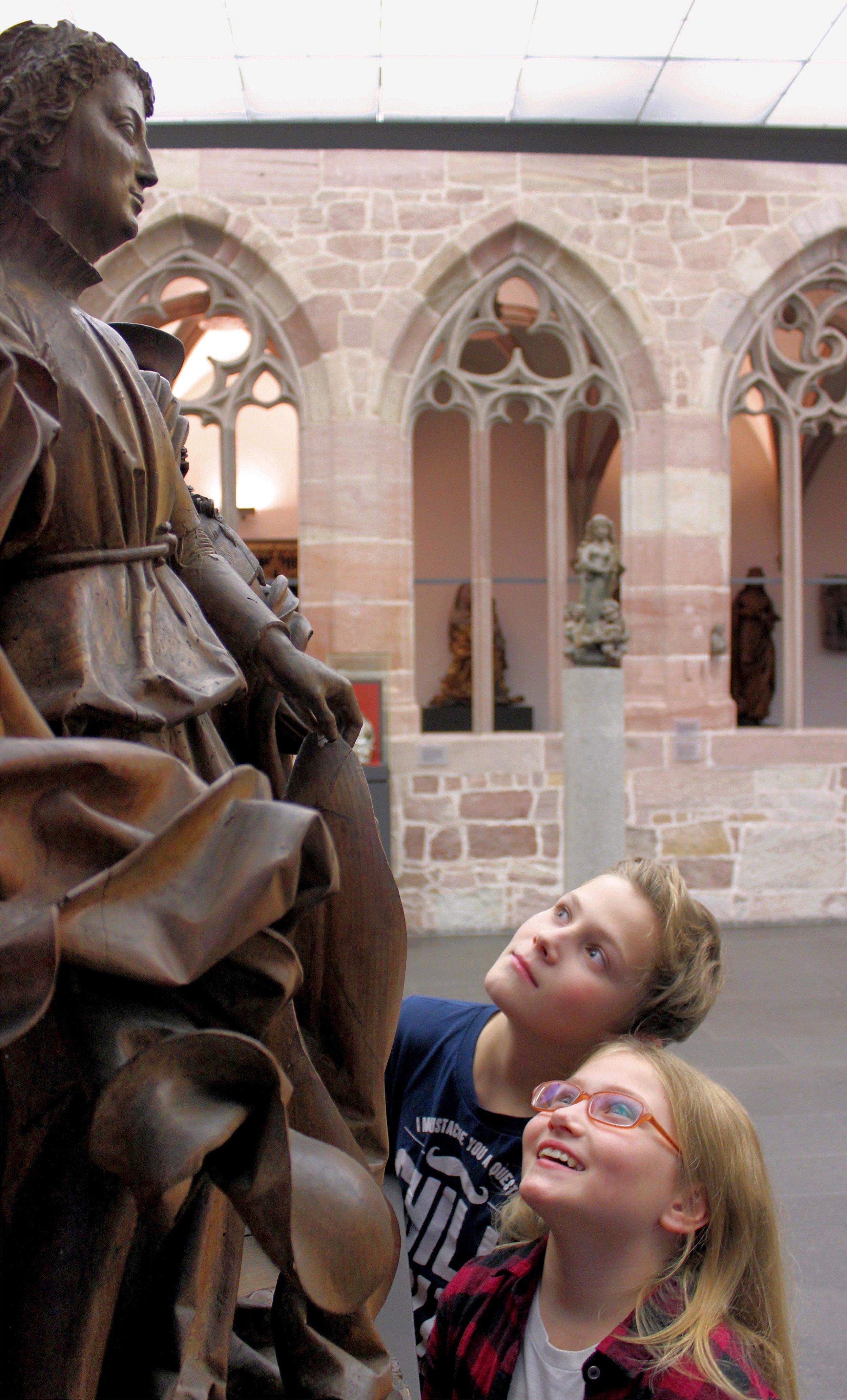 Kinder betrachten Raphael und Tobias von Veit Stoß. Foto: Germanisches Nationalmuseum