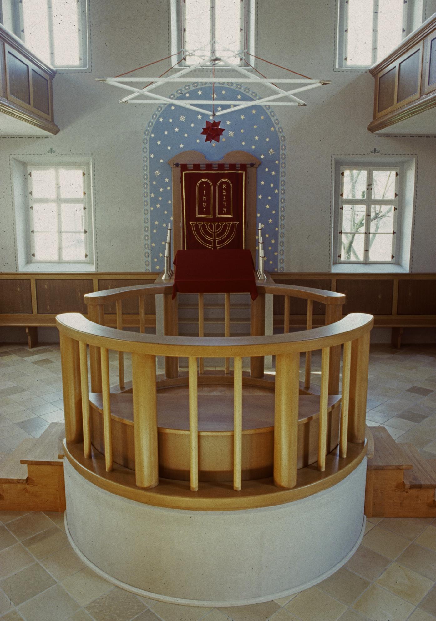 Synagoge Ermreuth Innenaufnahme mit Bima und Thoraschrein. Foto: Synagoge und jüdisches Museum Ermreuth, Alexander Nadler