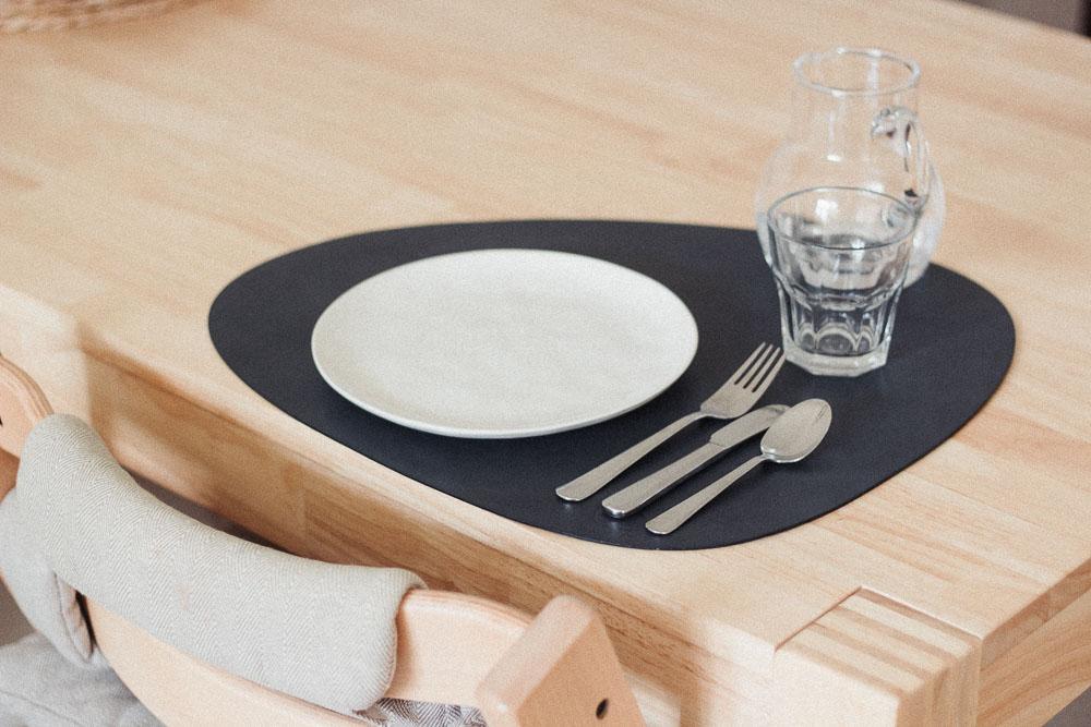 Teller, Besteck und Geschirr funktionieren auch für Babys und Kleinkinder hervorragend aus Porzellan, Edelstahl und Glas.