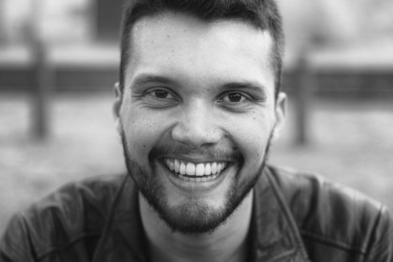 sobre mí: - Mi nombre es Luis Miguel Mesa Díez. Nací en Medellín, Colombia, el 24 de julio de 1991.Soy traductor de profesión (Universidad de Antioquia) y mi pasión por la literatura y los idiomas me llevó a crear El Estante Literario en 2016.Mi experiencia como creador de contenido me ha llevado a participar como escritor en varios sitios web y a ser invitado a dirigir talleres, charlas y seminarios en la ciudad de Medellín sobre lectura y creación de contenido.Si quieres hablar conmigo, contarme algo o si estás interesado en contactarme para trabajar juntos en un proyecto, promoción de tu marca o para entrevistas, por favor llena el formulario. Me pondré en contacto contigo lo más pronto posible.Feliz día y ¡Buena lectura!¿Quieres conocer más sobre mí y mi experiencia? Mira mi hoja de vida completa aquí.