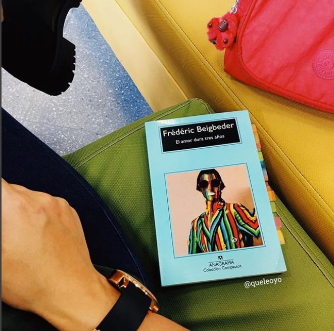 el amor dura 3 años - Esta historia corta, llena de ires y venires, de humor negro y reflexiones iluminadoras es una de las muestras de la capacidad narrativa y gran estilo del escritor francés Frédéric Beigbeder.Foto: @queleoyo