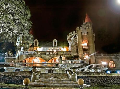 ¡fantasía trágica! - El mundo de afuera del escritor colombiano Jorge Franco, explora los inicios de la era del narcotráfico en Colombia, mientras nos lleva también por la historia íntima de una adinerada familia de Medellín.