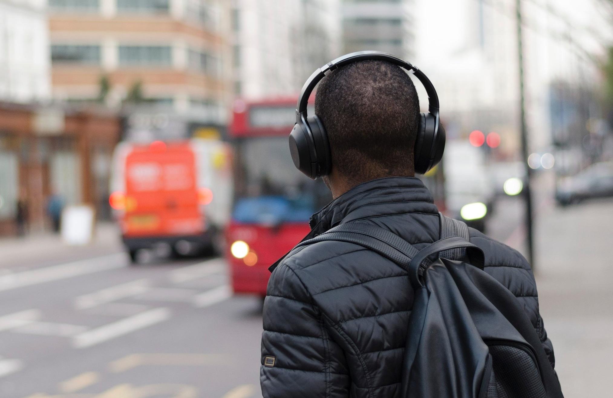 7 podcast literarios - ¿Habías imaginado la literatura en un podcast?Con la reciente popularidad del formato de audio podcast, era de esperar que los libros también ocuparan su espacio allí.Por eso, en este artículo conocerás los mejores podcast literarios en español gratis disponibles en las plataformas de podcast Spotify, Apple Podcast, Ivoox, Soundcloud y más.