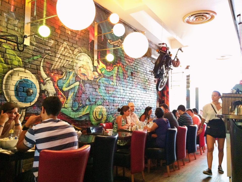 L'Avenue, a fun restaurant w/ amazing breakfast in Montreal