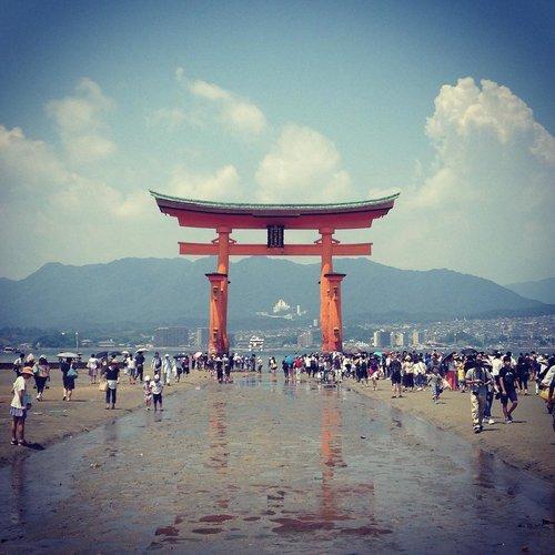miyajima torii hiroshima japan