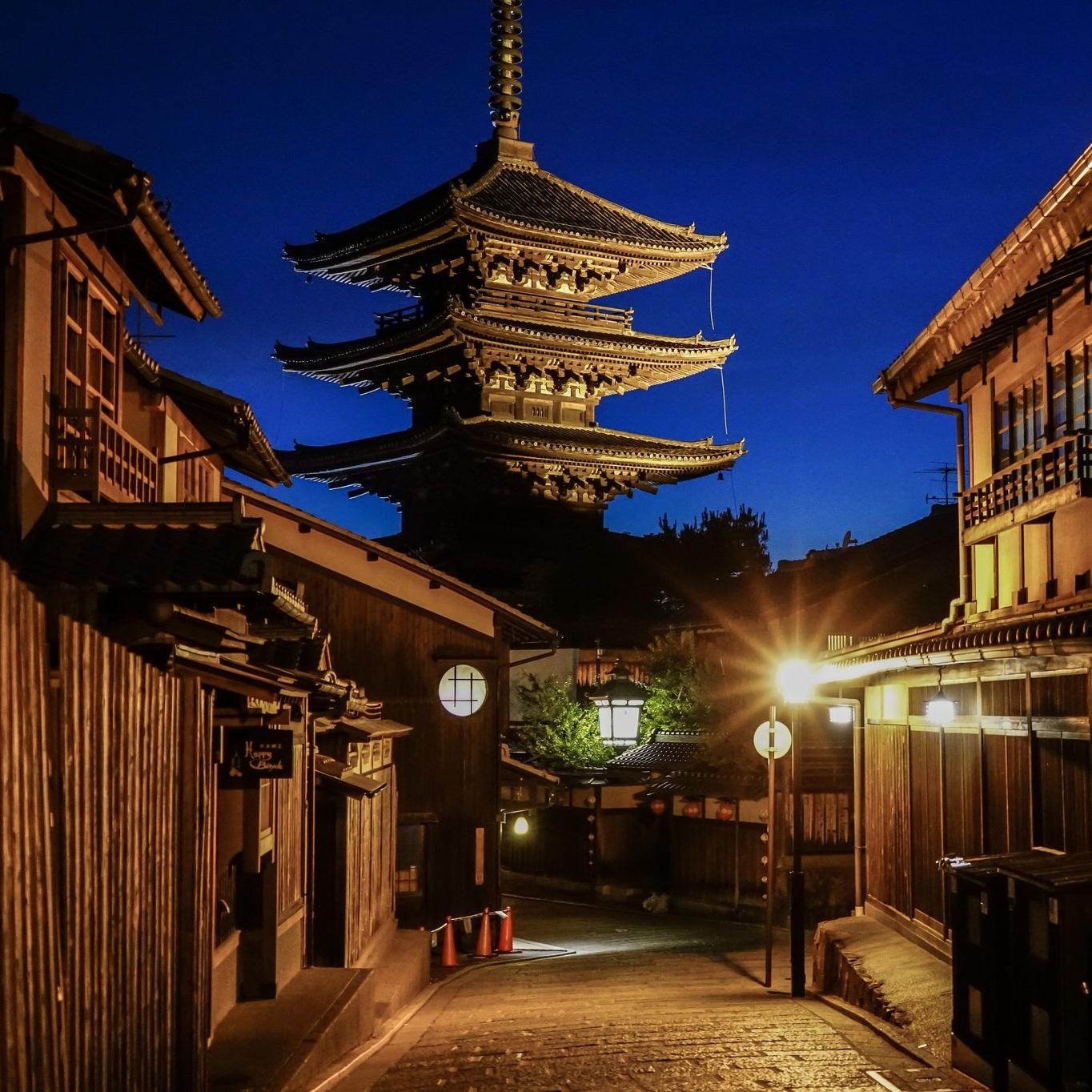 kyoto street pagoda japan