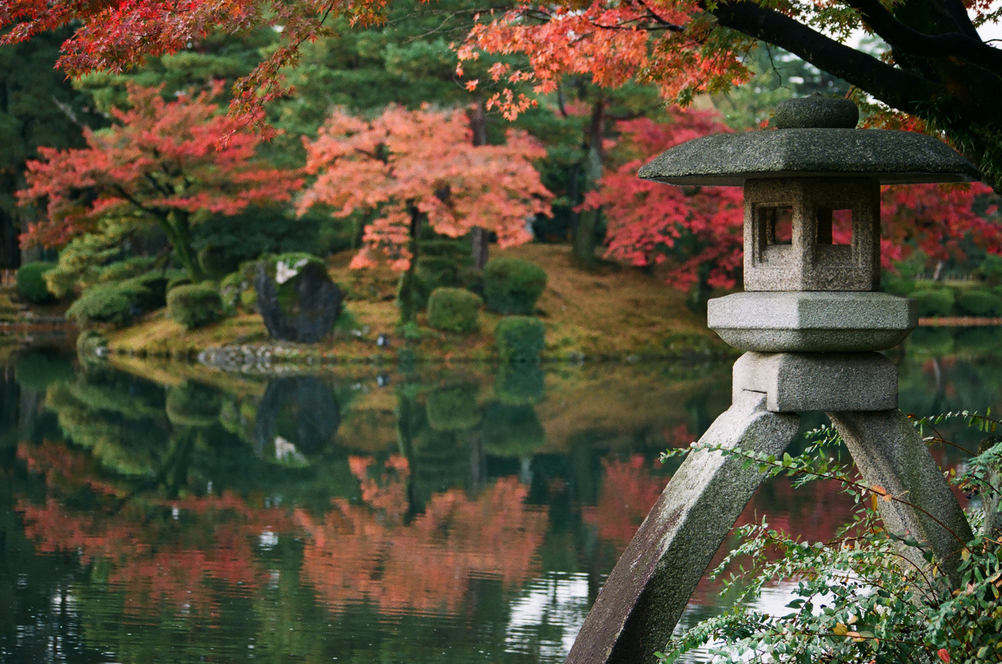 kenrokuen garden fall japan.jpg