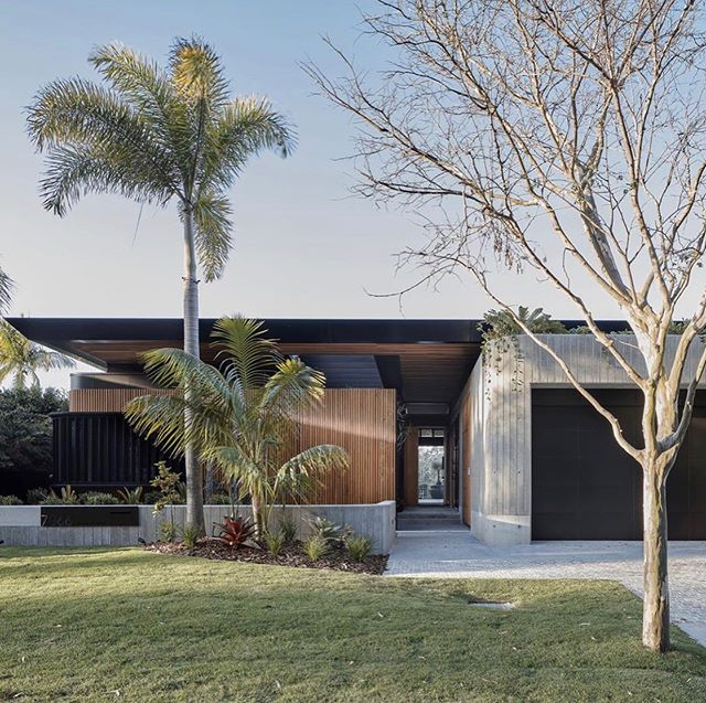 Who else loves the natural blend of concreate and timber with subtle hints of black. A gorgeous blend of colours and materials used throughout this QLD based home. Designed by @justin_humphrey_architect • • #modernhomes #modernarchitecture #designerdeinteriores #design #architecturedaily #australianbuilders #melbournebuilder #ironsonshomes #modernkitchen #homestyle #homedecor